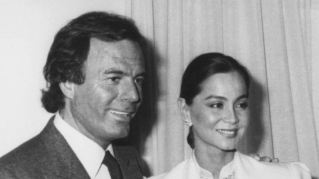 Julio Iglesias 1984. aastal koos toonase abikaasa Isabel Preysleri ja nende noorima lapse, poeg Enriquega, keda Isabel mehe kõrvalehüppe aegu kõhus kandis.