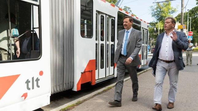 Proovisõit: Taavi Aas (vasakul) ja transpordjuht Enno Tamm on investeeringuga rahul.