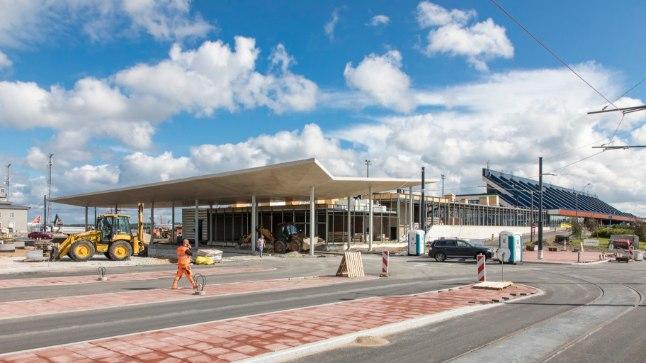 Täiesti uus: 4. liini trammide lõpp-peatus on septembrist alates lennujaama külge ehitatud galerii ees.