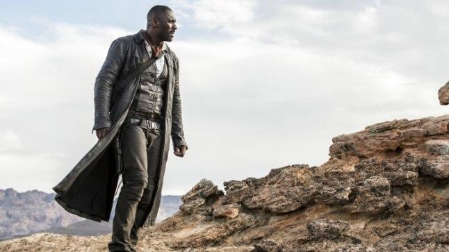 """PEATEGELANE: Idris Elba laskur Rolandina äsja kinodesse jõudnud ulmemärulis """"Tume torn""""."""