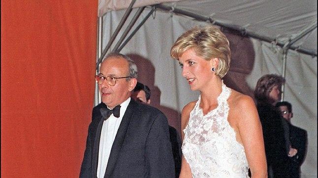 1996. aastal oli Dianal Washingtonis heategevusgalal seljas valge õhtukleit, mis võiks oma ajatu disainiga lüüa nüüdki, 21 aastat hiljem, punavaibal laineid.