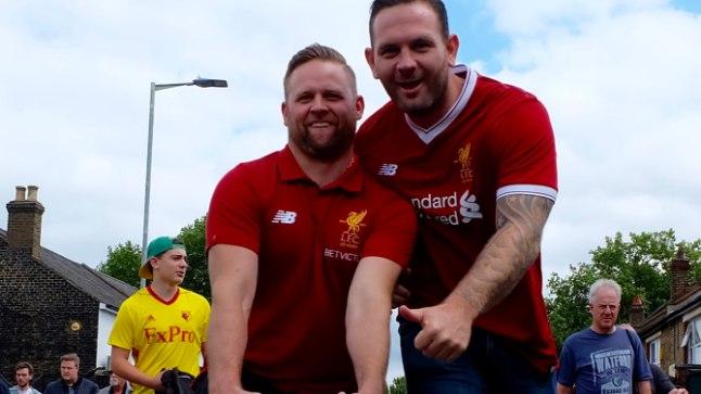 Õnnelikud Liverpooli fännid teel hooaja avamtašile.