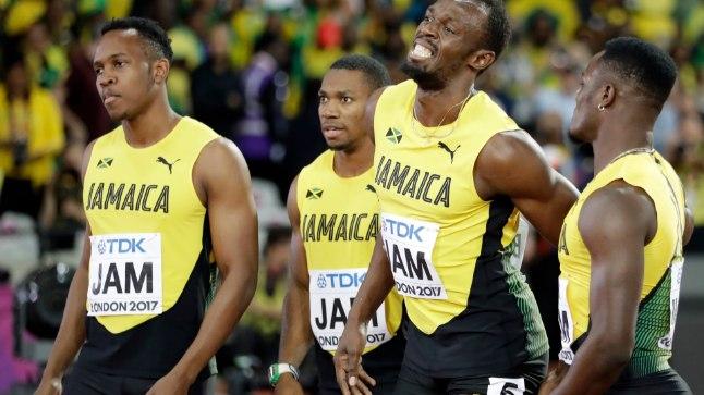 Valugrimassides Usain Bolt koos koondisekaaslastega staadionilt lahkumas.