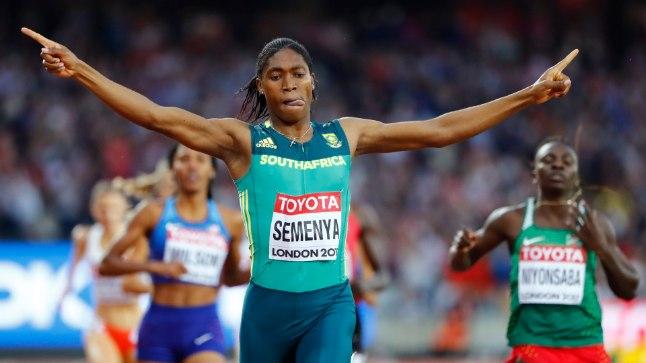 Caster Semenya oma 800m jooksu kuldmedalit tähistamas.