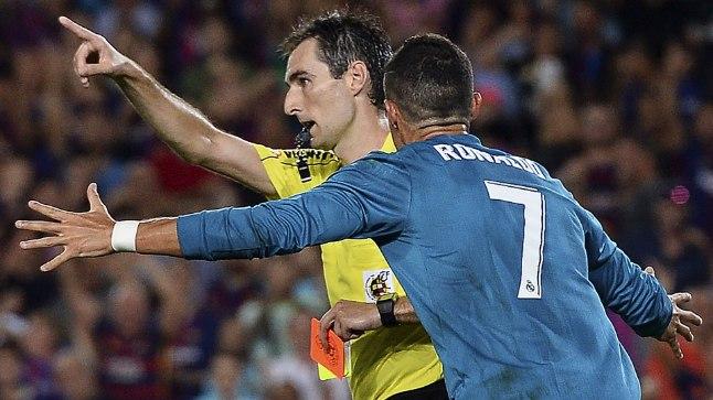 Cristiano Ronaldo vaidlemas peakohtuniku Ricardo de Burgosega.