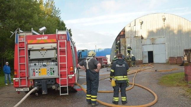 Karksi-Nuias Ettevõtluse tänaval põles 22. augustil tööstushoone angaar.