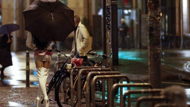 KUNDE OTSINGUL: Vapper tüdruk ei lase Berliinis meesteotsingul end vihmast segada.