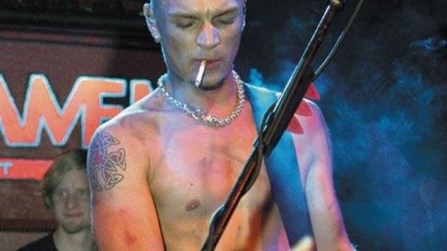 <p>SUITSUGA LAVAL: 2007. aastal püüdis Tanel Padar ööklubis Parlament pilke sellega, et tõmbas laval ühe suitsu teise järel, kuigi seaduse järgi ei tohtinuks ööklubis üldse suitsetada.</p>