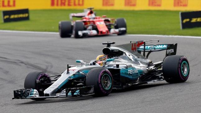 Lewis Hamilton tõrjus edukalt kõik Sebastian Vetteli (taamal) rünnakud.