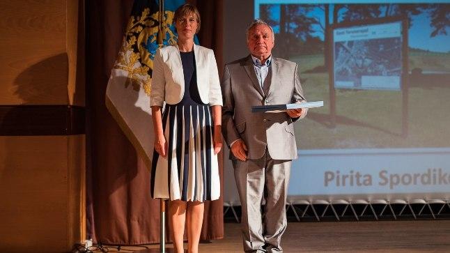 Tõrva Terviseradade ja Pirita Spordikeskuse esindajad auhinda vastu võtmas.