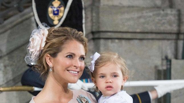Printsess Madeleine eelmise aasta mais koos tütrega oma pisipoja ristimisel.