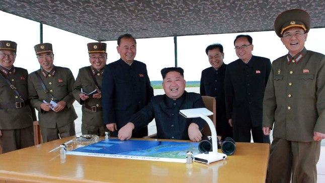 Korea RDV juht Kim Jong Un raketikatsetust jälgimas.