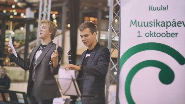 """MUUSIKAPÄEVA FÄNNID: Saatest """"Klassikatähed"""" tuntud pianist Johan Randvere osaleb muusikapäeval juba kolmandat aastat. 2014 andis ta neli ja mullu lausa kuus kontserti. Viimase vägitüki tegi temaga kaasa samuti klassikatähest klarnetimängija Marten Altrov. Tänavu võtavad noormehed kampa laulja Evelin Samuel-Randvere."""