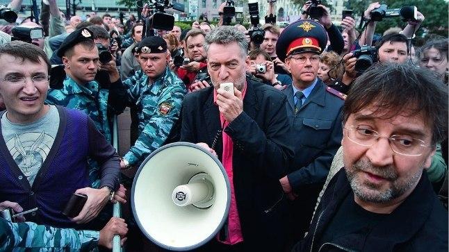 Артемий Троицкий (в центре) и Юрий Шевчук (справа) во время митинга против вырубки Химкинского леса под Москвой