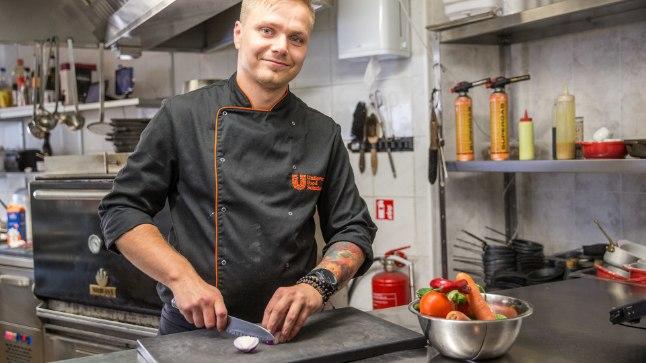 """Kokanuga ja suur lõikelaud: """"Mul endal on ikka väga limiteeritud asjad, aga ega ma kodus eriti süüa ka ei tee,"""" tõdeb Robert Piho, et kokkade kutsehaigus pole tedagi puutumata jätnud."""