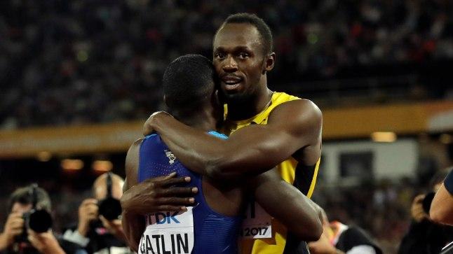 Kaotaja Usain Bolt (taga) õnnitleb võitjat Justin Gatlinit.