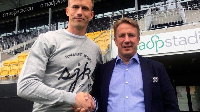 Mihkel Aksalu koos SJK spordidirektori Raimo Sarajärviga.