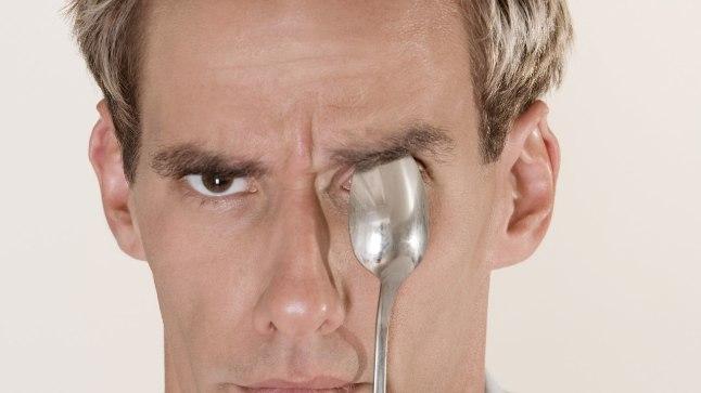 Hoia silmadel külma teelusikat. See aitab vähendada silmade turset ja paistetust