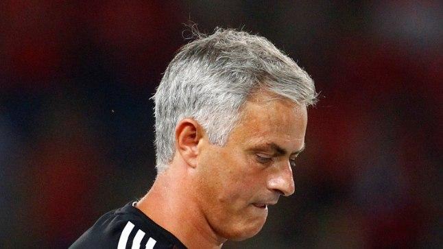 Jose Mourinho UEFA superkarika medaliga, mille ta hiljem väiksele fännile andis.