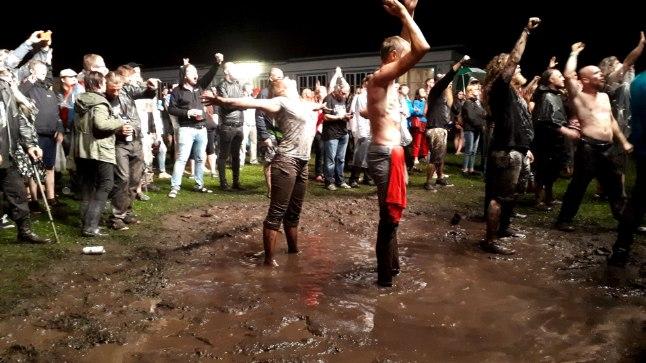 MUDAKÜMBLUS: Vaprad fännid trotsisid Viru folgil ansambli Finntroll kontserdil lava ees vihma ja muda.