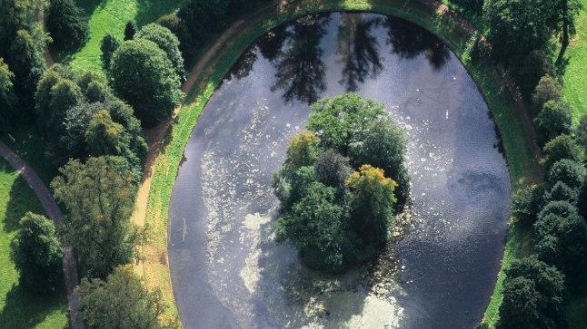 VÄIDETAV VIIMNE PUHKEPAIK: Aerofoto Althorpi mõisale, mille ovaalse tiigi keskel on printsess Diana haud.