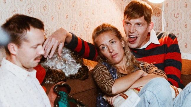 """ARMUKOLMNURK: Jüril (Argo Aadli, vasakul) tuleb """"ENSV"""" talvistes osades alla neelata fakt, et Pillel (Liisa Pulk) on uus tuupurist austaja (Henrik Kalmet)."""
