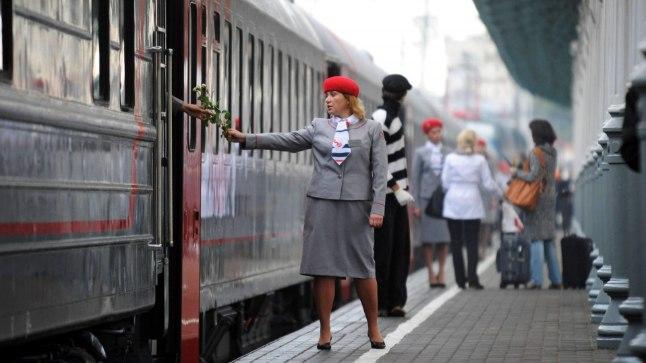 LILLED VAHETUSMEESKONNALE: 2010. aastal avati Moskva pikim läänesuunaline ühendus Prantsusmaale Nice'i. Kui järjekordne rong teele läks, ulatas töö lõpetanud vagunisaatja teeleminejatele lille.
