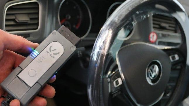 Mehhaanik teeb VW Golf 7-le diagnostikaadapteri abil tarkvarauuendust. Tulevikus teevad seda protseduuri ilmselt autoomanikud ise.