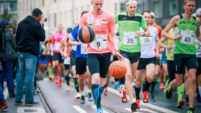 ALGUS: Marti Medaril seisab ees veel umbes 42 kilomeetrit jooksmist ja korvpallide põrgatamist.