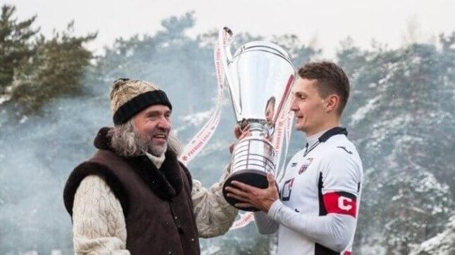 Andrei Kalimullin mullu Infoneti kaptenina Aivar Pohlakult Eesti meistrikarikat vastu võtmas.