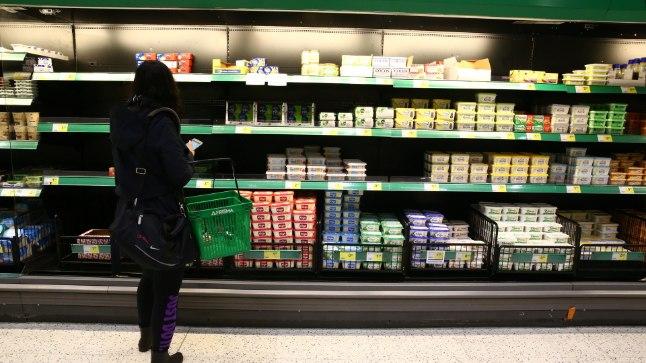 VÕIRIIUL TÜHI: Võisõbrad on poeriiulid tühjaks ostnud. Järele on jäänud vaid kallimad pakid või võileivamäärded.