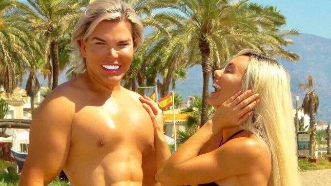 Võlts-sixpack'iga Rodrigo Alves ja Danni Levy Marbella rannal oma ihuvõlusid näitamas.