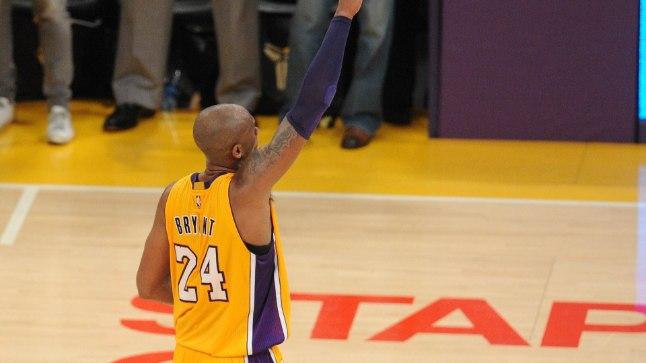 Kobe Bryant oma karjääri viimases mängus fännidega hüvasti jätmas.
