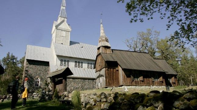 RAHU SAARE PEAL: Ruhnu kiriku tornide ümber jätkub elu samas taktis ka pärast valimisi.