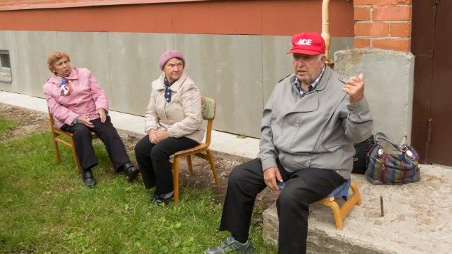 MURES: Kaevanduskäikude peale ehitatud Sinivoore 11 maja elanikud (vasakult) Tamara, Ljudmila ja Grigori ütlevad, et nende eluaja peab maja ehk vastu, kuid kas lapsed selles enam elada saavad, pole enam kindel.