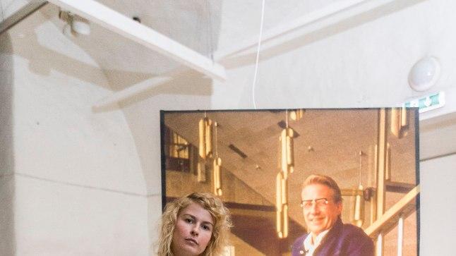 Too nõukogude džentelmen on Boris Mäemets, moe- ja ka üldse fotokunsti üks praeguseks taas meelde tuletatud tegija. Pildil koos kuraator Anne Vetikuga.
