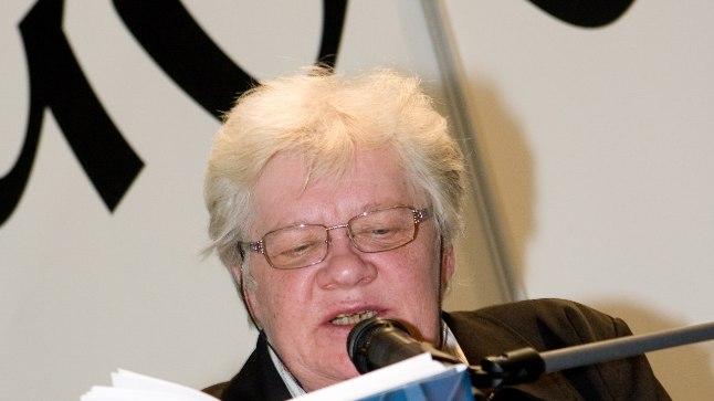 """Ene Mihkelson 2007. aastal oma romaani """"Katkuhaud"""" esitlusel."""