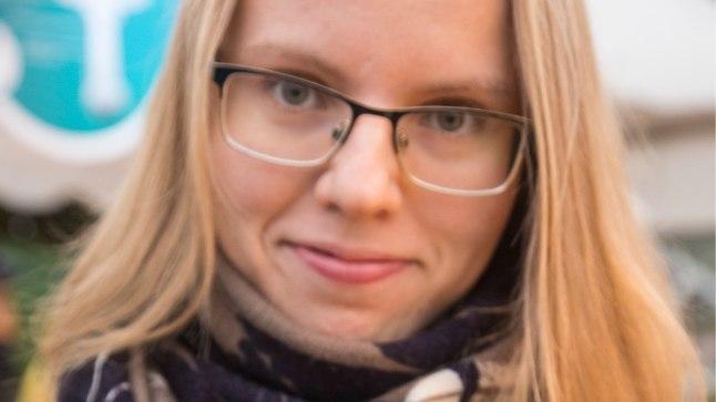 Ühed head mõlemad: seenenäituse kuraator Marja-Liisa Kämärä näitab kuuseriisikat (pildil vasakul) ja  porgandriisikat (pildil paremal), mille jalal on näha oranžid koobaslaigud.