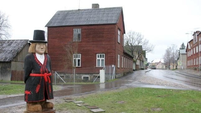 """Mulgimaa pealinnas Abja-Paluojal on Mulgi mehe kuju. Käibetõeks on kujunenud, et mulkide nimi tuli lätikeelsest sõnast """"rumal"""". Teadlaste sõnul ükski allikas aga seda ei kinnita."""