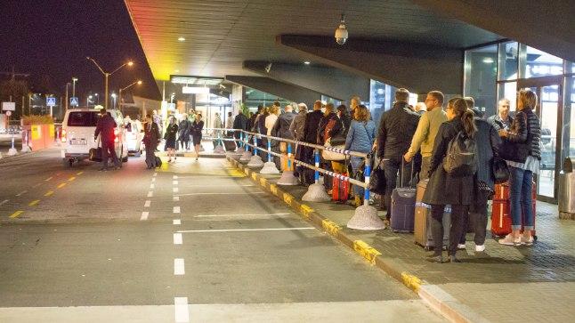 LÕPPU EI PAISTA: Taksosabas seisab poolsada inimest.