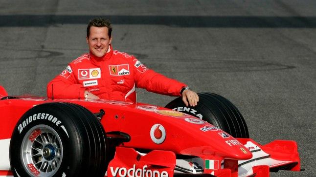 Michael Schumacher poseerimas 2006. aastal oma Ferrariga vormel-1 autoga.