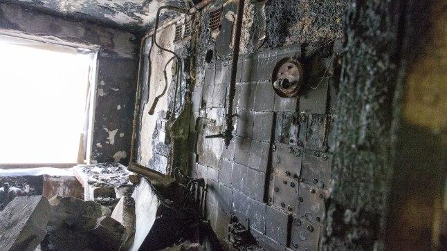 PÕLENUD: Tänaseni on Anatoli korteris näha plahvatuse tagajärjed. Korter on täis söestunud mööblit, välisukselt on kõrbenud mitu kihti katet, uksesilm on väljapoole sulanud. Köögiseinal on näha ka gaasitoru, mille lahtiühendamise tõttu plahvatus toimuski.