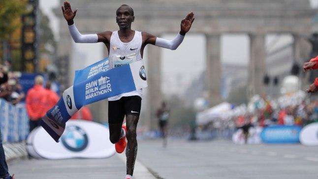 Eliud Kipchoge Berliini maratoni finišis.