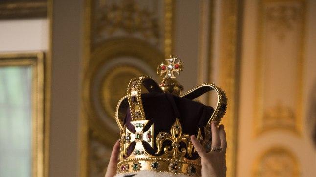"""Claire Foy kuninganna Elizabeth II-na seriaalis """"Kroon""""."""