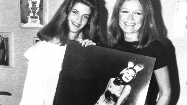 Näitleja Kirstie Alley (vasakul) ja Gloria Steinem hoiavad pilti Steinemi lühikesest jänkukarjäärist.