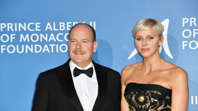 Monaco's Prince Albert (L) poses with Princess Charlene during the Monte-Carlo Gala for the Global Ocean in Monaco on September 28, 2017. / AFP PHOTO / YANN COATSALIOU