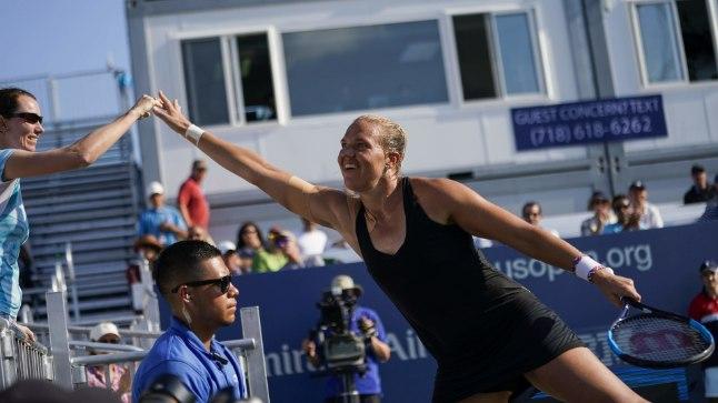VISKA VIIS: Eduka kaheksandikfinaali järel tõttas Kaia Kanepi esmajoones juhendaja Alina Židkovaga patsu lööma.