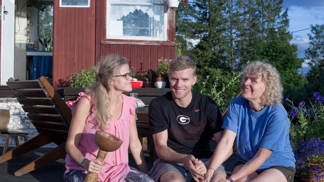 Kümnevõistleja Karl Robert Saluri oma kodus Kuimetsal koos ema ja õega enne äralendu USAsse.