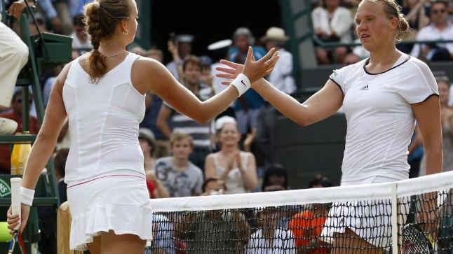 MÕRU PILL: 2010. aasta Wimbledoni veerandfinaalis viis matšpalli maha mänginud Kaia Kanepi (paremal) õnnitlemas Petra Kvitovat.