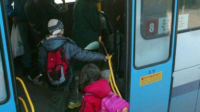 Koolilapsed ja buss. Pilt on illustreeriv.